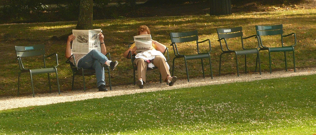 Journal, Chaises, Homme, Femme à Caillebotte, circulez il y a plein de choses à voir !